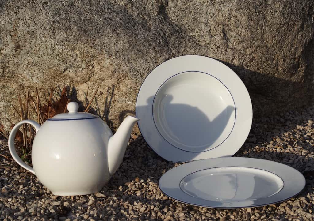Blaurandgeschirr: Teekanne und Teller mit blauem Rand