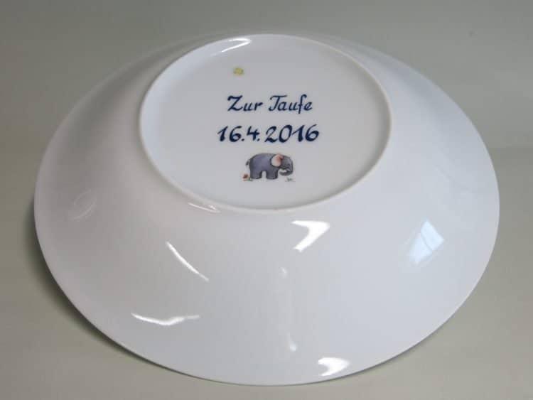 Widmung Zur Taufe plus Datum auf der Rückseite des Suppentellers aus Porzellan