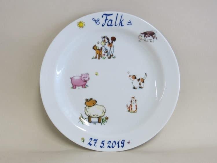 Datum auf einem Teller. Widmung + Name auf Porzellan