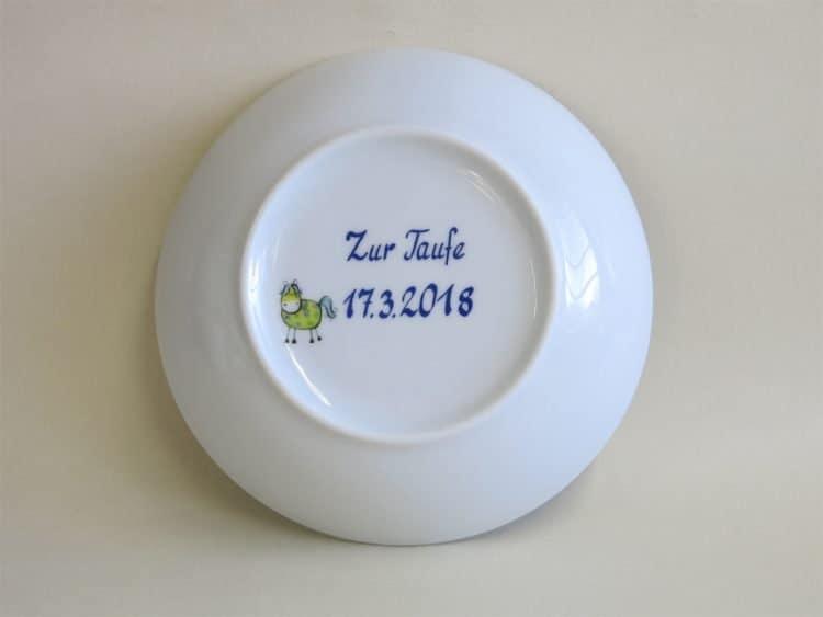 Widmung Zur Taufe plus Datum auf der Porzellanschale. Individuelle Geschenkidee