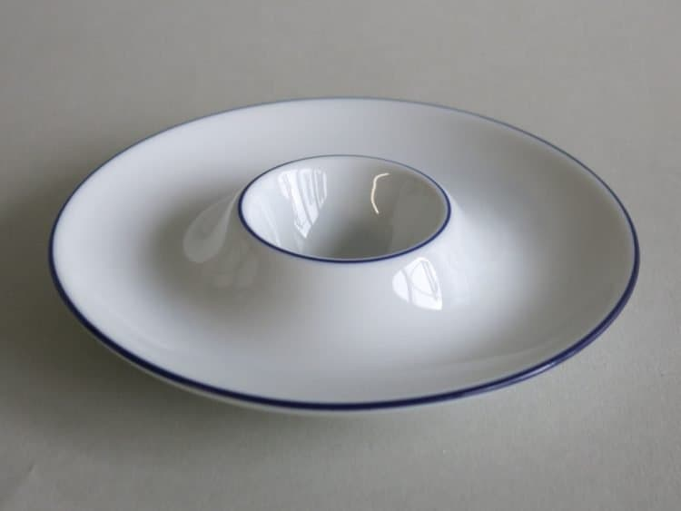 flacher eierbecher mit Blaurand und Ablage