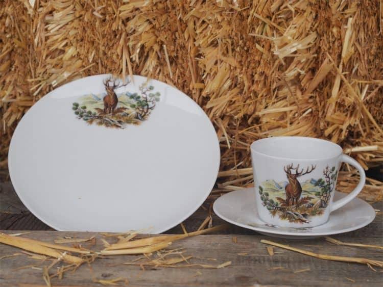 Modernes, glattes Kaffee- oder Teegedeck mit Jagdmotiv röhrender Hirsch