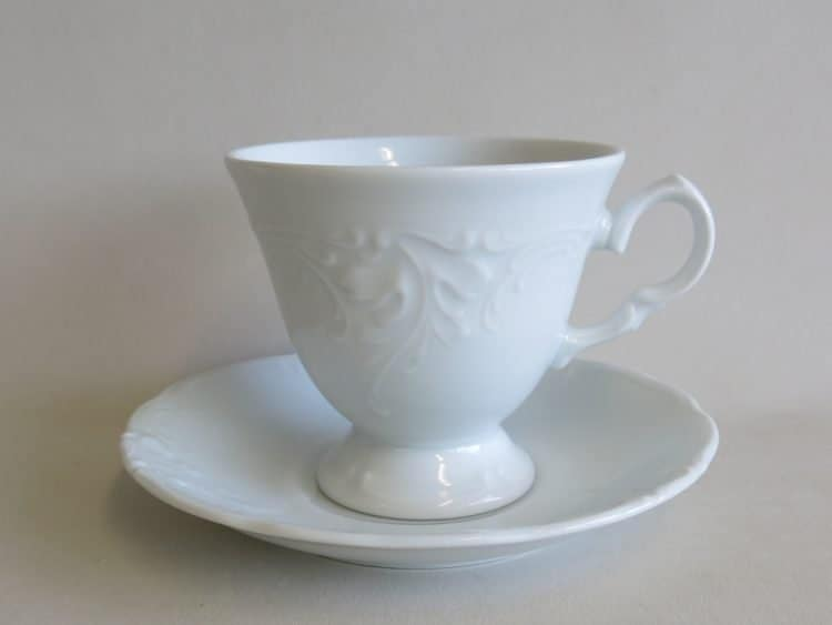 Tasse 150 ml mit feinem Reließ auf Fuss aus weißem Porzellan für Kaffee mit Untertasse