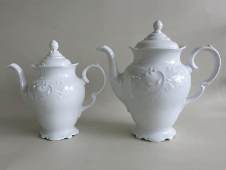 Zwei Porzellan Kaffeekannen im BiedermeierstilFriederike mit Reliefoptik