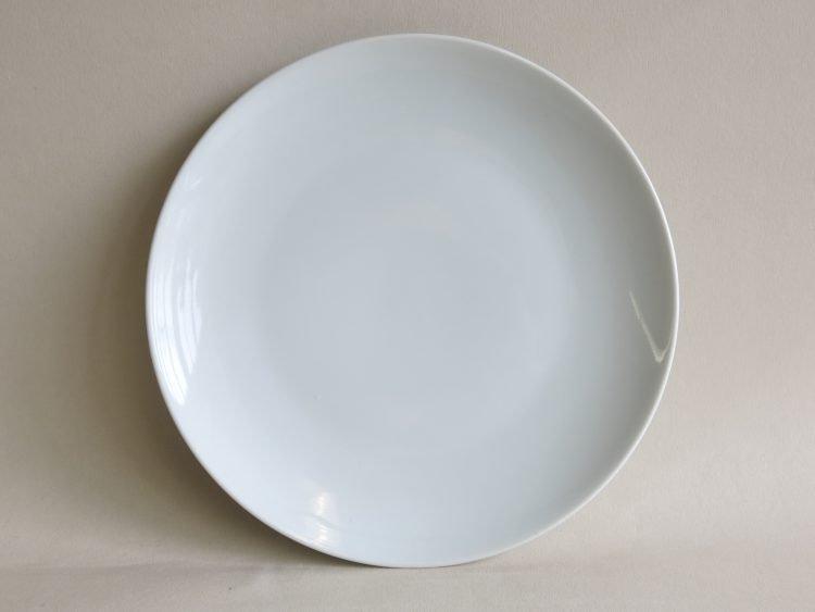 Teller aus weißem Porzellan der Serie Ole Coupform
