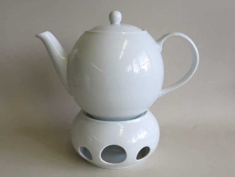 Teekanne und Stövchen aus weißem Porzellan Olympia