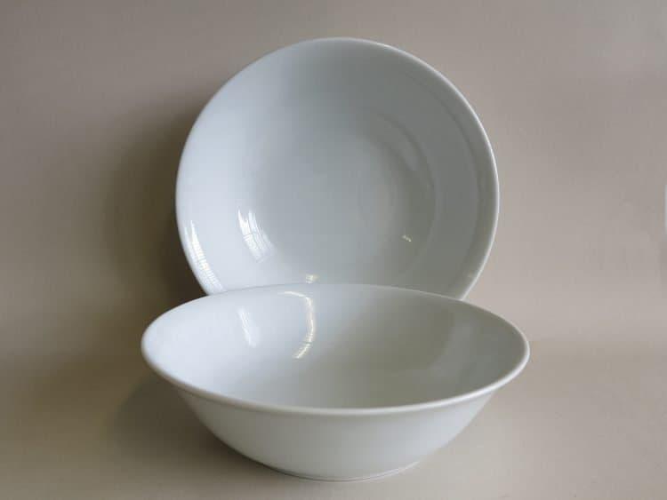 Glatte Schüssel aus weißem Porzellan