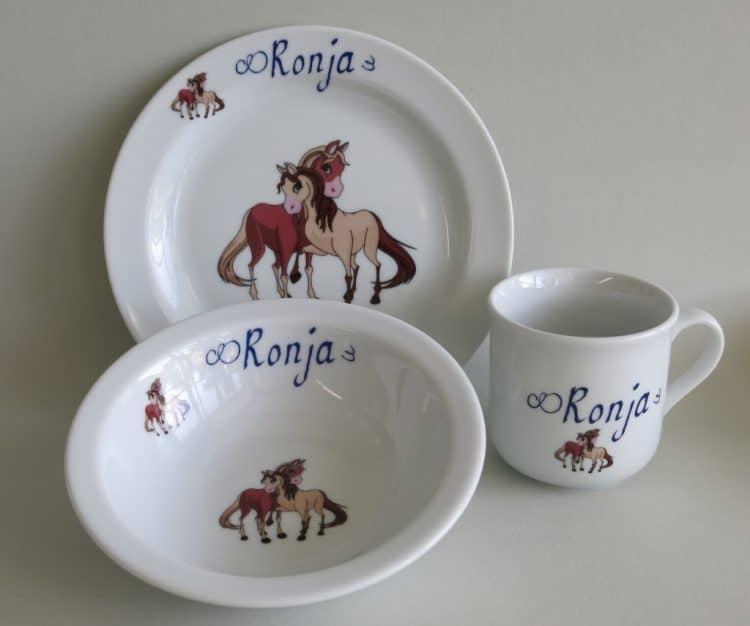 Kindergeschirr Set mit verspielten Pferden personalisiert