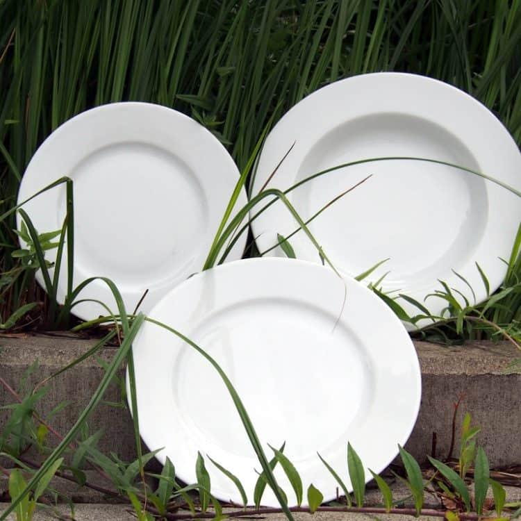 Teller aus weißem Porzellan