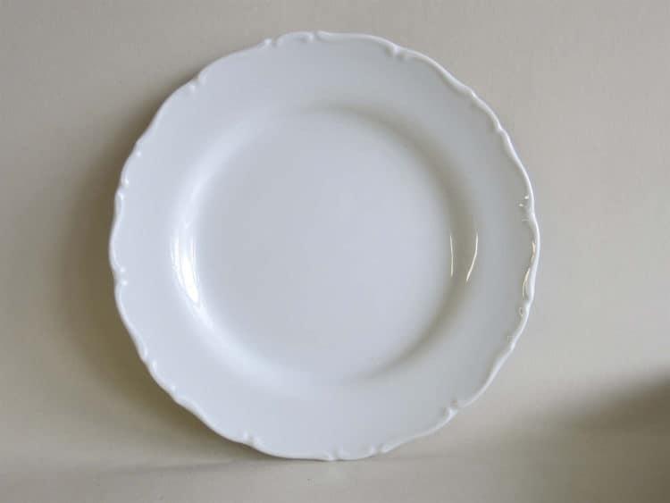 Ofelie flacher Teller aus weißem Porzellan mit Barockrändchen