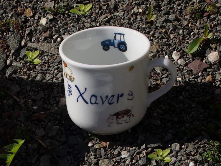 Kinderbecher aus Porzellan mit Bauernhofiteren, Traktor und Name personalisiert