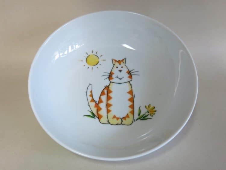 Schale aus Porzellan mit Tigerkatze