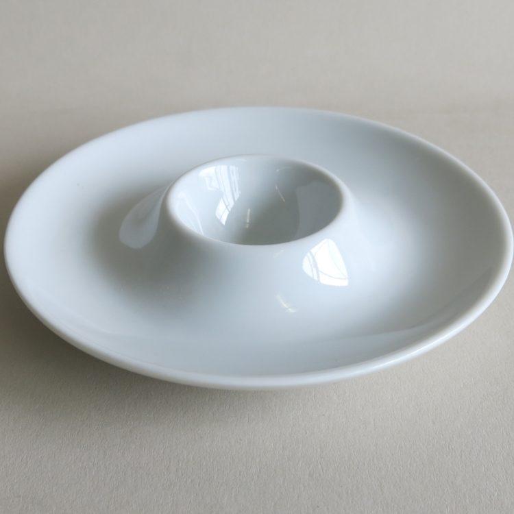 Weißer flacher Eierbecher aus Porzellan