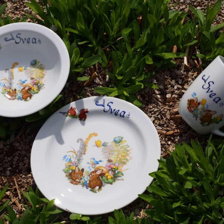 Kindergeschirr Porzellan Set Becher Daria, Teller und Müslischüssel mit Kaninchenbabies im Wald