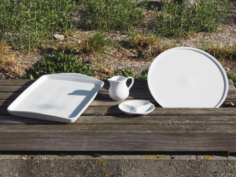 Runde und viereckige Platten und Milchgießer, Dippschale aus weißem Porzellan