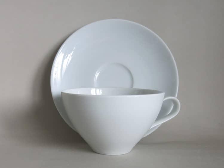 mittelgroße Teetasse aus Porzellan mit Unterteller
