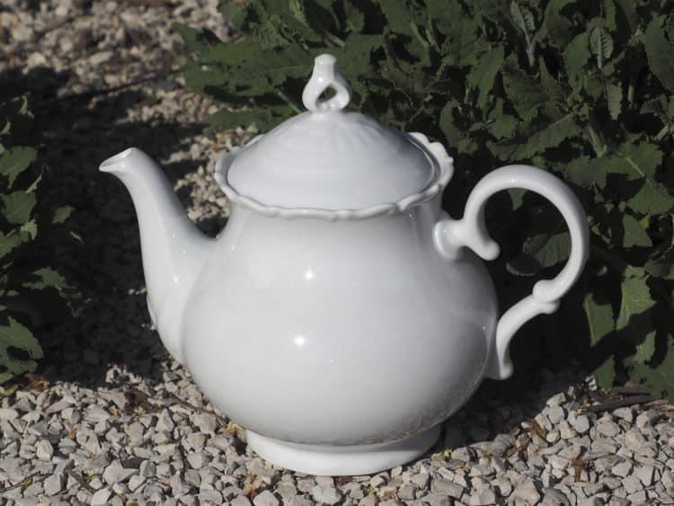 Weiße geschwungene Porzellan Teekanne Ofelie