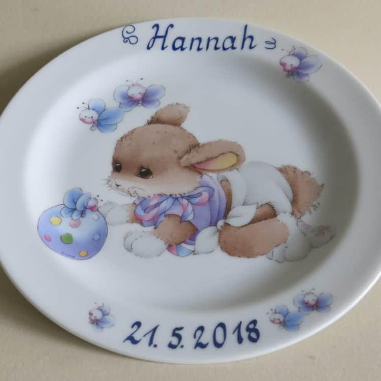 Kindergeschirr Porzellan Teller 19 cm mit Kaninchen mit blauem Ball und mit Namen personalisiert