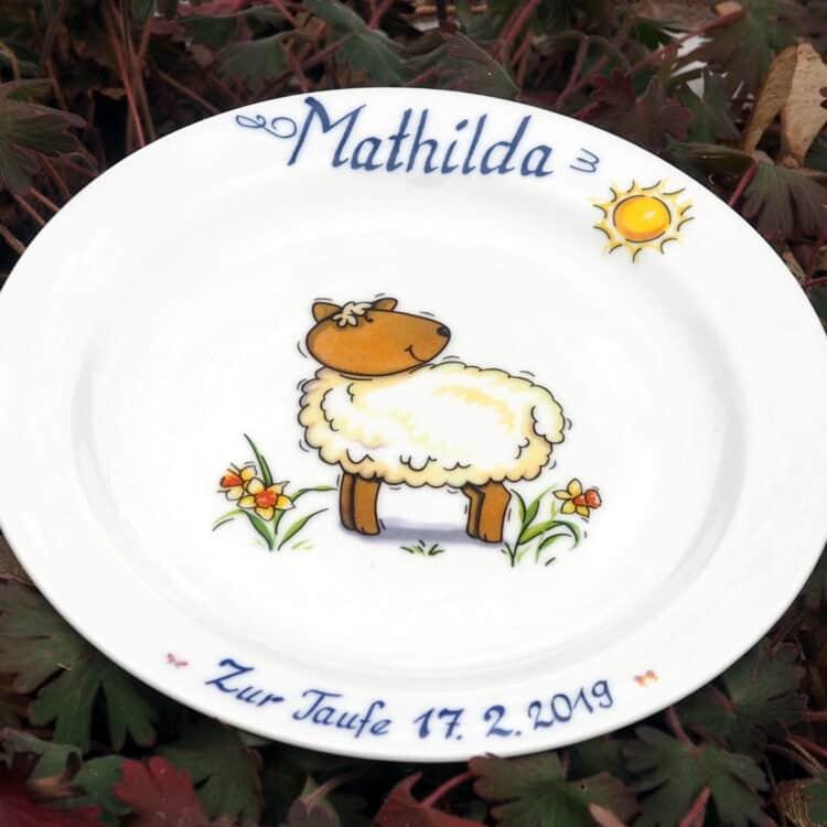 Porzellanteller 19 cm mit Schaf, Sonne und Namen plus Widmung