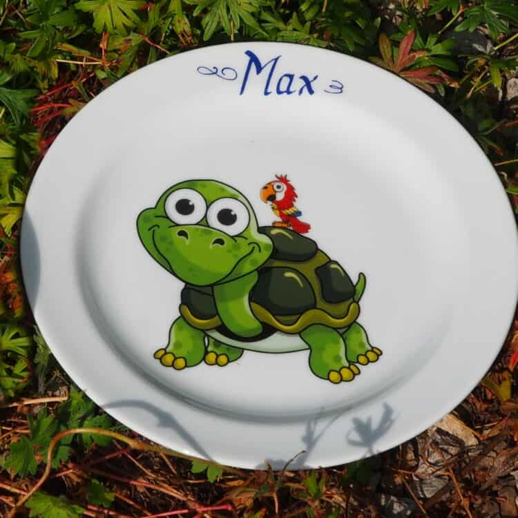 Kindergeschirr Porzellan flacher Teller 19cm mit Schorschi Schildkröte und Piet Papagei und Namen