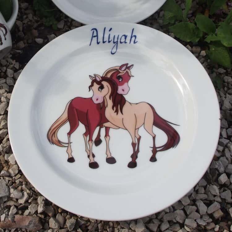 Teller aus Porzellan mit Namen und verspielten Pferdchen