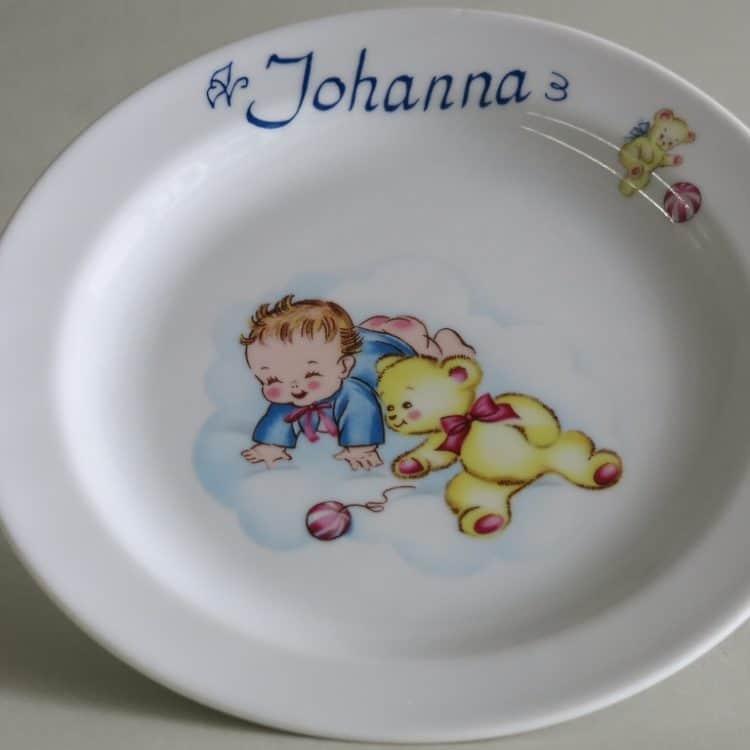 Kindergeschirr Porzellan Teller 19 cm mit Baby in blauer Jacke und mit Namen personalisiert