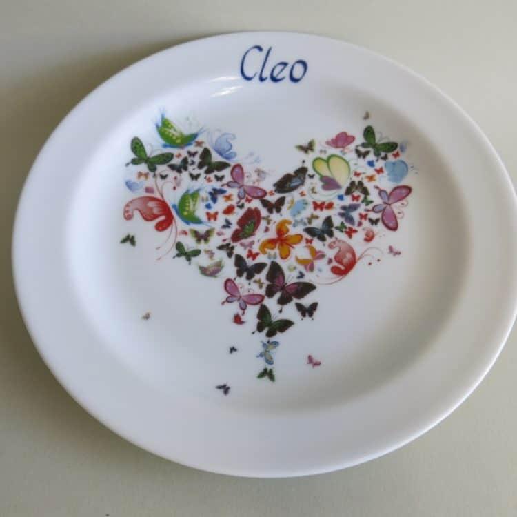 Frühstücksteller mit Herz aus Schmetterlingen und Namen