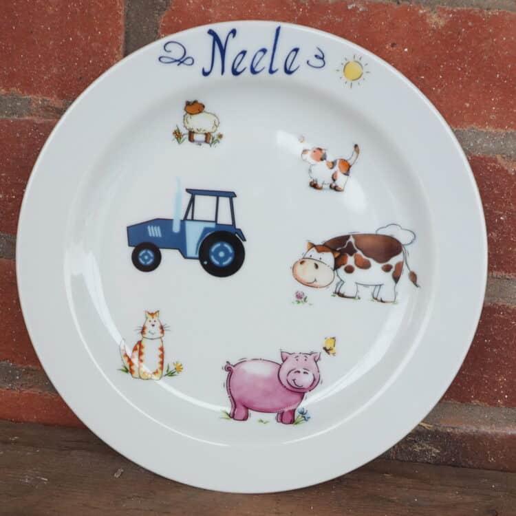Abendbrotteller mit Namen und Bauernhof mit Traktor