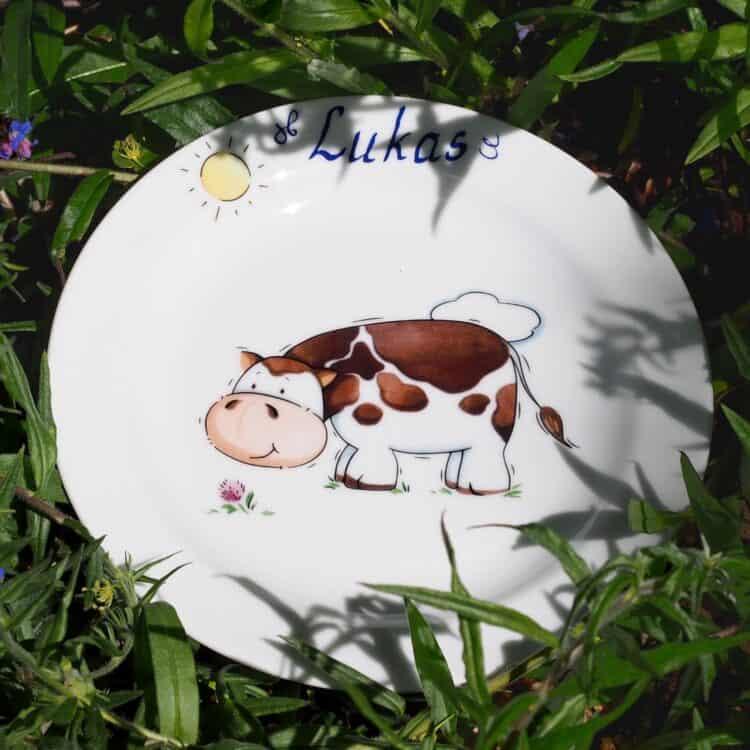 Frühstücksteller 19 cm aus weißem Porzellan mit Kuh und Name