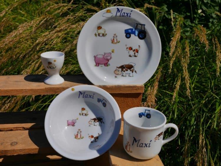 Geschirrset aus Porzellan mit Bauernhof und Traktor
