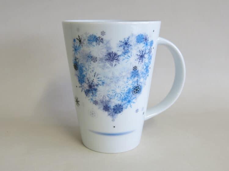 Becher Mona 350 ml aus weißem Porzellan mit blauem Schneeflocken Herz Winterherz.