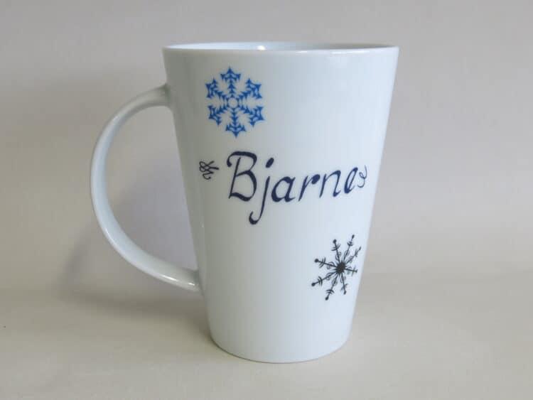 Becher Mona 350 ml mit blauem Schneeflocken Herz Winterherz und mit Namen personalisiert linkshänder