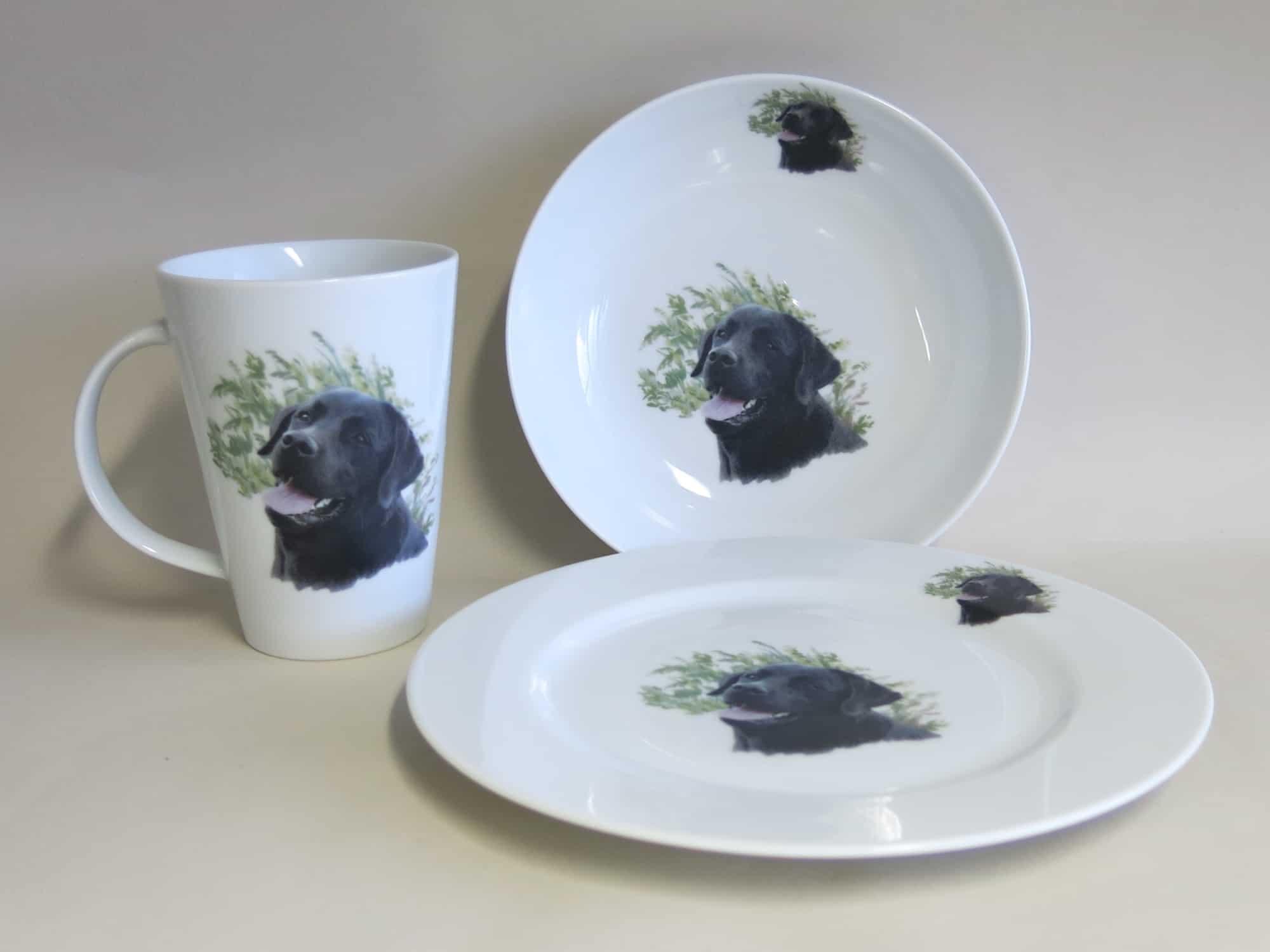 Dreiteiliges Frühstücksgeschirr aus Porzellan Becher 350 ml Teller 21, 5 cm und Schüssel 17 cm mit Hundeportrait schwarzer Labrador.