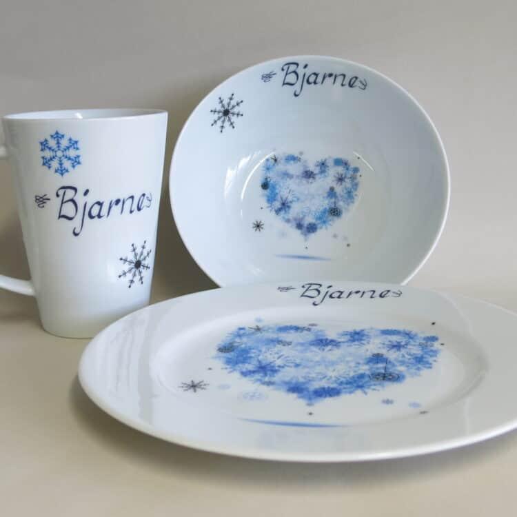 Dreiteiliges Frühstücksgeschirr mit Winterherz und Namen personalisiert. Blaues Herz aus Schneeflocken.