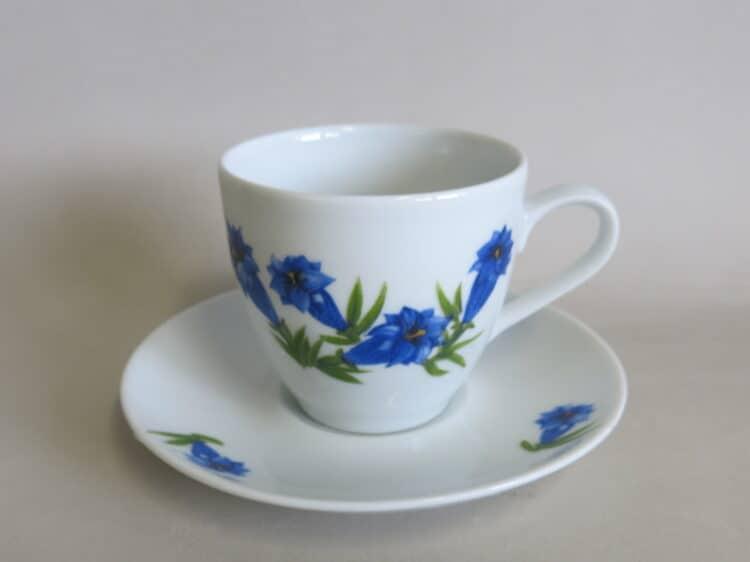 Glatte Porzellan Kaffeetasse mit Untertasse Ole mit blauem Enzian