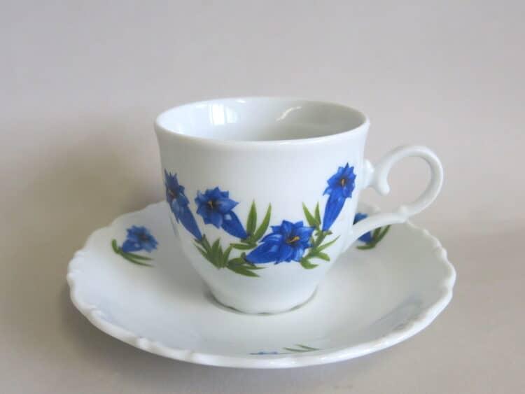 Kaffeetasse mit Untertasse aus der Porzellanserie Ofelie mit blauem Enzian