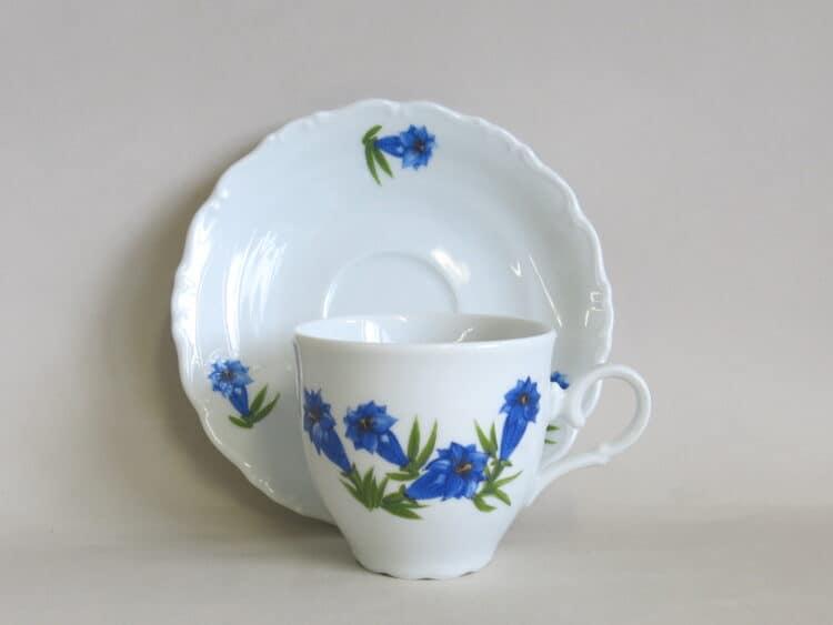 Hohe Kaffeetasse mit Untertasse aus der Porzellanserie Ofelie mit blauem Enzian