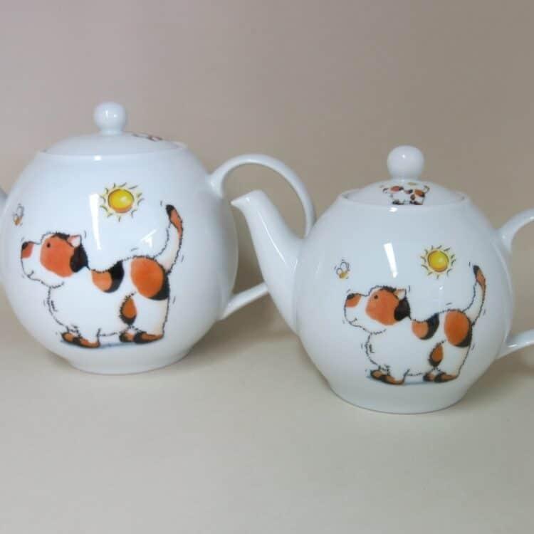 Teekannen aus weißem Porzellan mit Hund und Bienchen