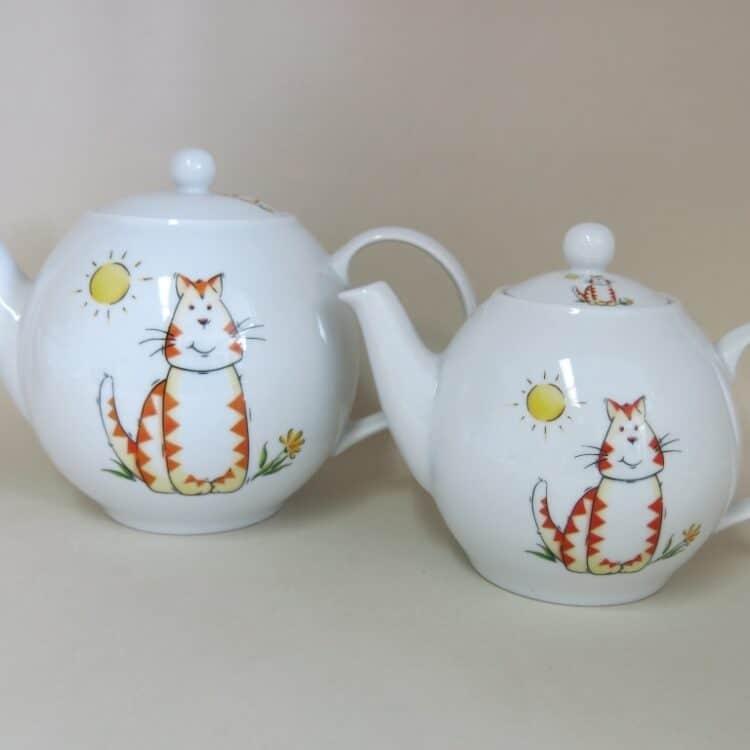 Teekannen aus weißem Porzellan mit roter Tigerkatze