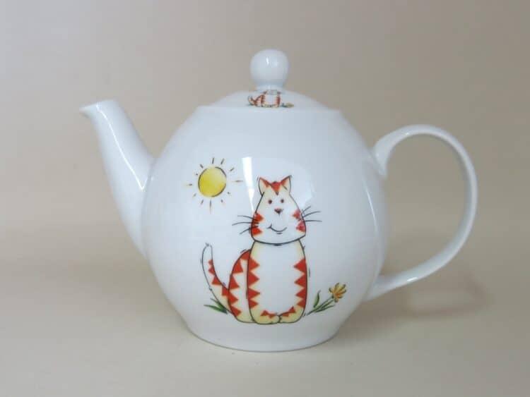 Teekanne aus weißem Porzellan mit roter Tigerkatze