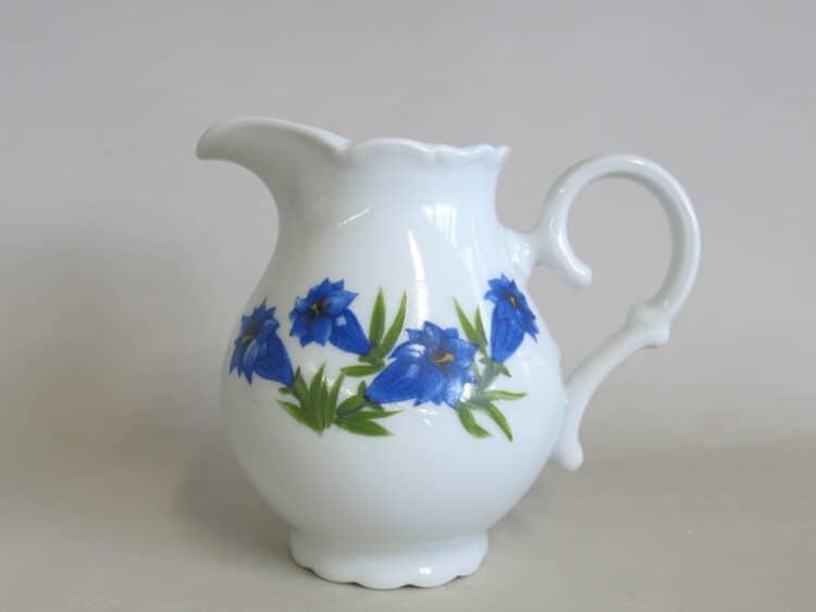 Milchgießer oder Krug Ofelie mit blauem Enzian