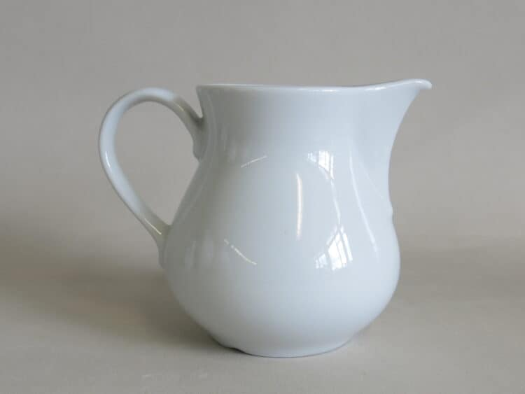 Milchgießer Wersal aus weißem Porzellan