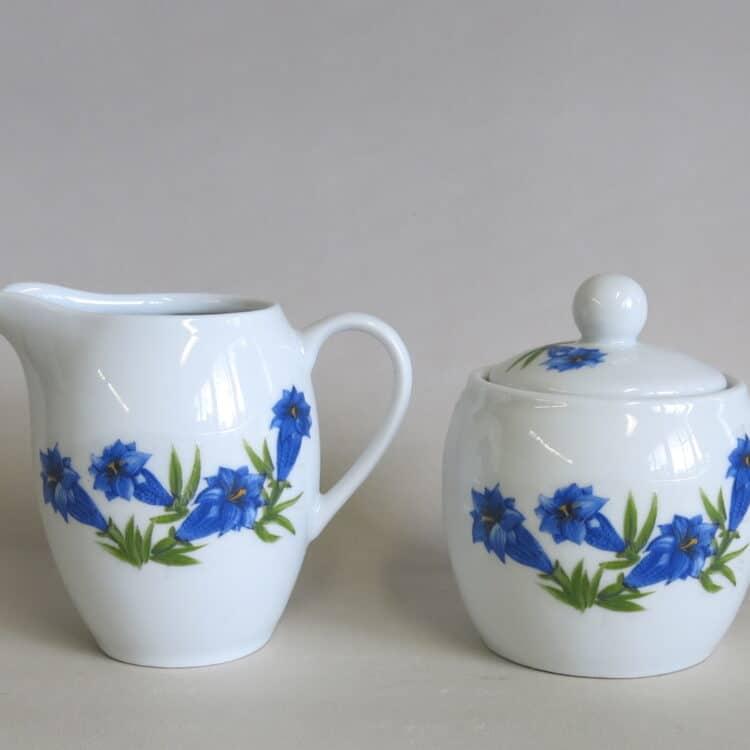 Runde Porzellan Zuckerdose Olympia und passender Milchgießer mit blauem Enzian