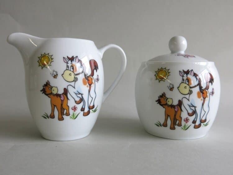 Milchgießer und Zuckerdose aus Porzellan mit Pferdchen und Pony