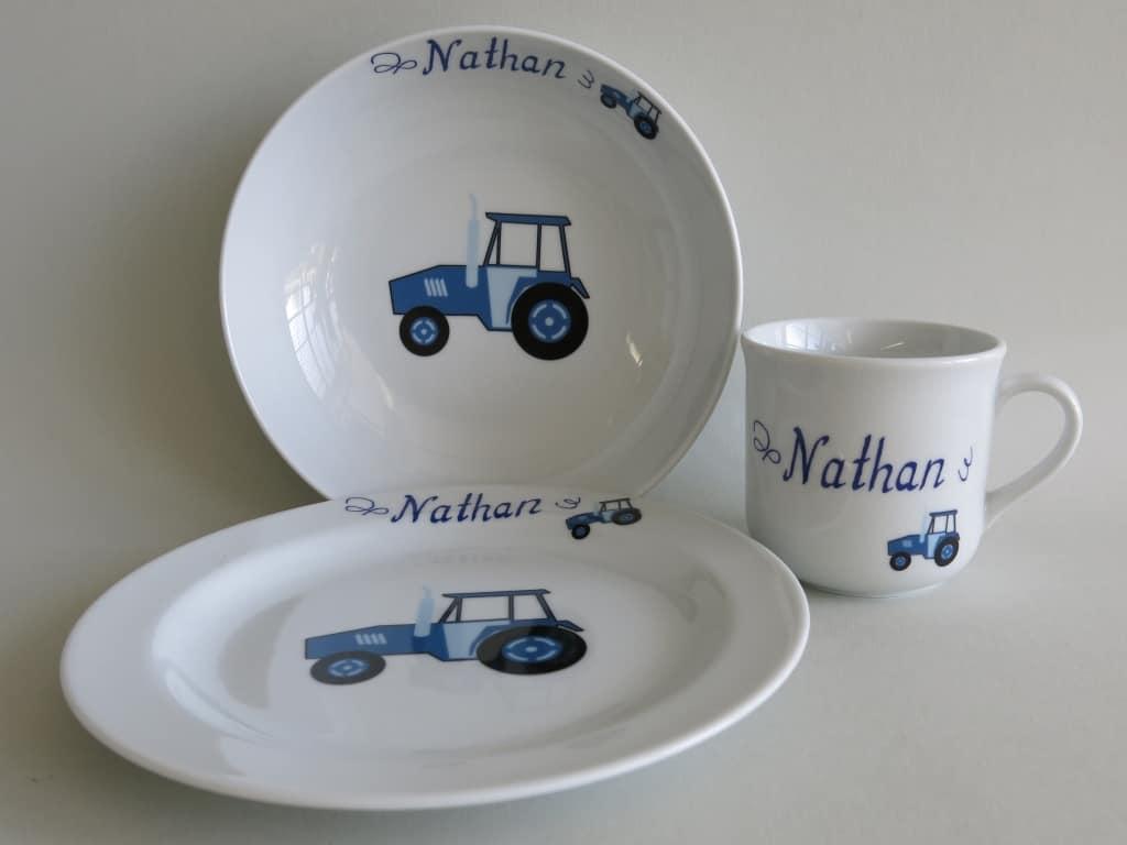 Kindergeschirr Porzellan Set, kleiner Becher 230ml, tiefe Schale 18cm und flacher Teller 19cm mit blauem Traktor und Namen