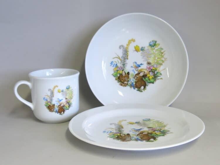 Kindergeschirr Porzellan Set, kleiner Becher 230ml für Linkshänder, tiefe Schale 18cm und flacher Teller 19cm mit Babykaninchen im Wald