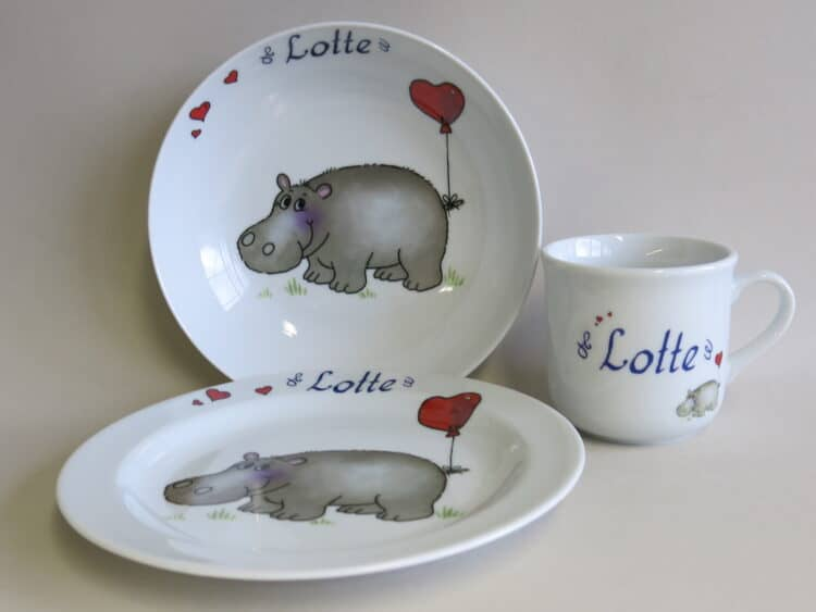 Kindergeschirr Porzellan Set, kleiner Becher 230ml, tiefe Schale 18cm und flacher Teller 19cm mit Nilpferd Herz und Namen