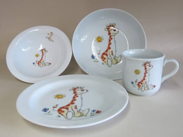 Kindergeschirr Porzellan Set, kleiner Becher 230ml, Müslischüssel 16cm, tiefe Schale 18cm und flacher Teller 19cm mit Babygiraffe