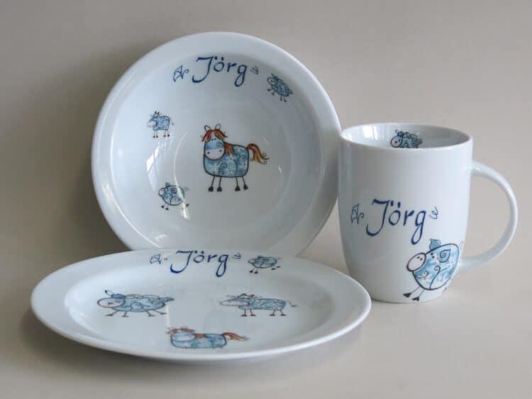 Porzellanset für Kinder, rundlicher Becher 260ml, Müslischüssel 16cm und flacher Teller 19cm alle Farmtiere in blau mit Namen