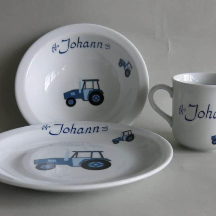 Kindergeschirr Porzellan Set, kleiner Becher 230ml, Müslischüssel 16cm und flacher Teller 19cm mit blauem Traktor und Namen für Linkshänder